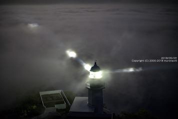夜の雲海の中の地球岬灯台