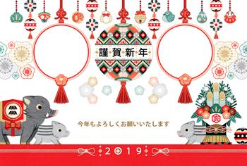 2019年亥年完成年賀状テンプレート「和風縁起物吊るし飾りと門松と猪の親子写真フレーム2枠」謹賀新年