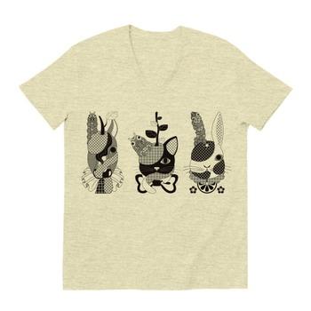 果物動物「洋梨馬」「林檎猫」「蜜柑兎」と芋虫モノクロ(Fruit animals a pear horse, an apple cat, a mandarin orange rabbit, and green caterpillars monochrome.) VネックTシャツ(オートミール)