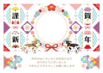 2021年2033年丑年イラスト年賀状デザイン「牛と華やか和風花フレーム枠」謹賀新年