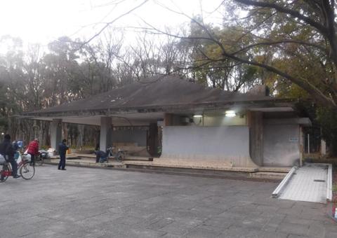 大阪城公園内のトイレで男性が骨折