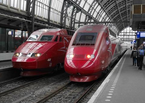 1200px-Twee_Thalys-treinen_op_Amsterdam_Centraal