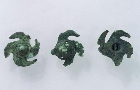 巴形銅器3個が着いた革製漆塗盾