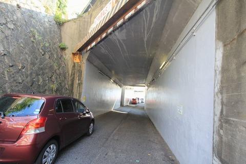 線路の崖を貫く路地