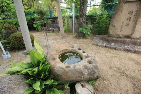 盃状穴のある手水鉢