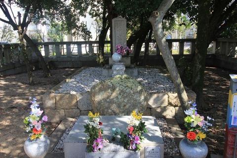 王仁博士の墓2