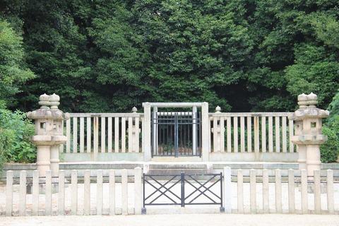 阿保親王塚拝所2(毛利寄進の石灯籠)