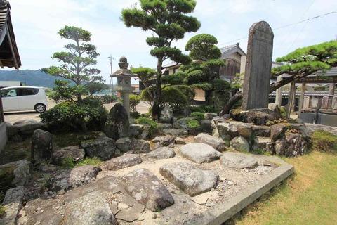 鳳凰寺廃寺の礎石