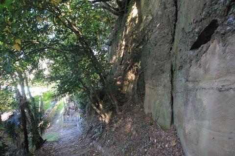 塩屋谷川へ降りる石段