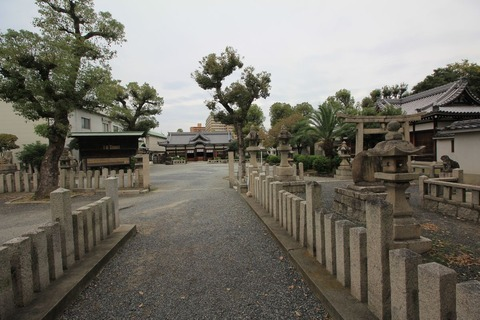 泉井上神社の境内