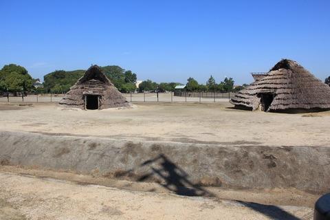 環濠と竪穴住居(右が矩形、左が丸型) (2)