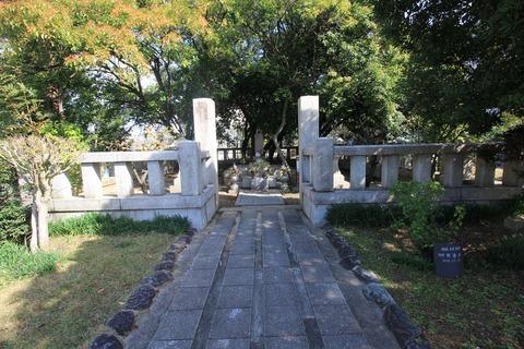 王仁博士の墓1