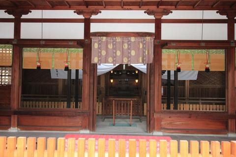 泉井上神社の拝殿内部