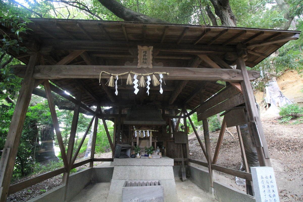 ... の荒魂神を祀る増井神社の祠
