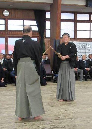 小西新太郎評議員(小西酒造社長、写真右)による「修武館奥之形」仕太刀の演武