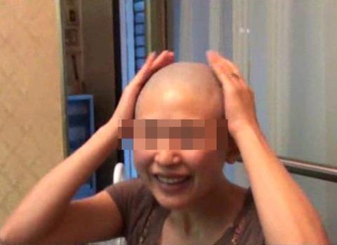 可愛い美人人妻がスキンヘッドに剃髪 (9)