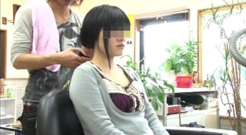 22歳の女子大生の断髪 (1)