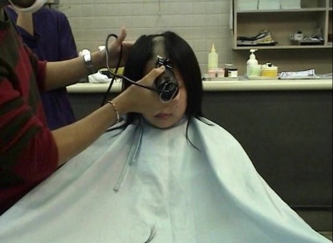 20歳女子大生の剃髪 (4)
