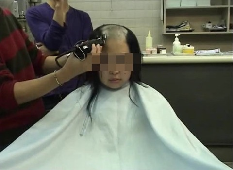 20歳女子大生の剃髪 (3)