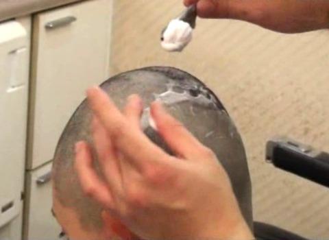 可愛い美人人妻がスキンヘッドに剃髪 (8)