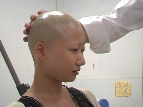 女子大生の剃髪 (9)