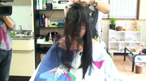 22歳の女子大生の断髪 (2)