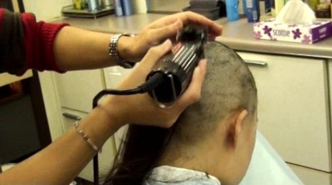 20歳女子大生の剃髪 (6)
