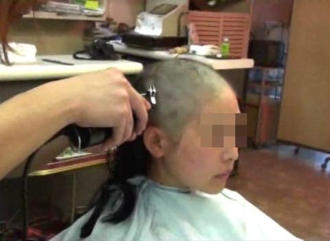 可愛い美人人妻がスキンヘッドに剃髪 (6)