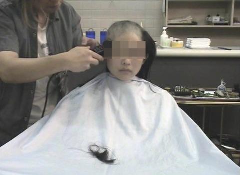 可愛い美人人妻がスキンヘッドに剃髪 (4)