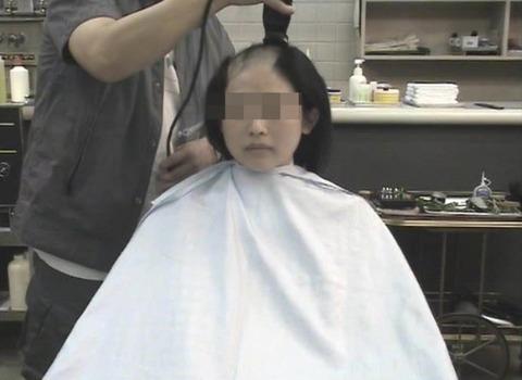 可愛い美人人妻がスキンヘッドに剃髪 (2)