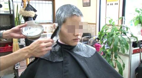 22歳の女子大生の断髪 (5)