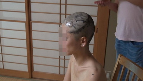 借金のために剃髪した女性 (5)