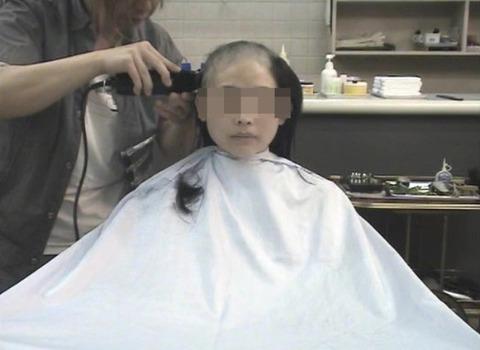 可愛い美人人妻がスキンヘッドに剃髪 (3)