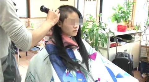 22歳の女子大生の断髪 (3)