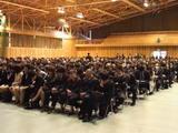 開式直前緊張の面持ちの新入学生たち