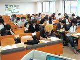 真剣な表情で試験に臨む学生達