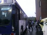 下校バス講習や部活動で頑張った学生達が乗って帰ります