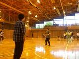 天気がいい日は授業なんてやってられない!体育館でバレーボール