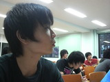 真剣な表情で授業を聞いている高橋和真くん