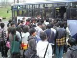 バスに群がる学生達・・・