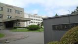 正門から入って左側が大学本部