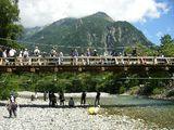 上高地16梓川に架かる河童橋の人波