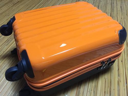 オレンジスーツケース