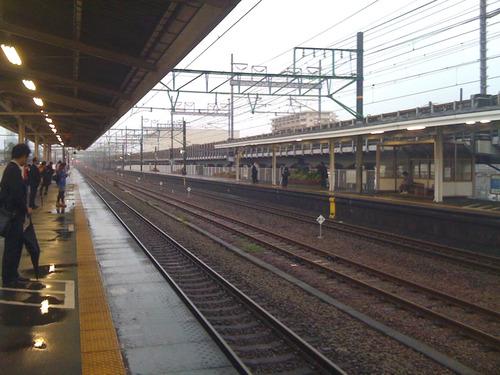 台風通過の朝の駅