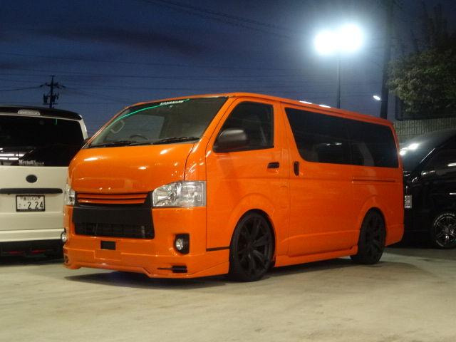 オレンジ色のハイエース