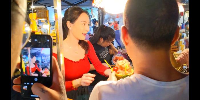 【画像】タイの屋台のお姉さん、えちすぎる