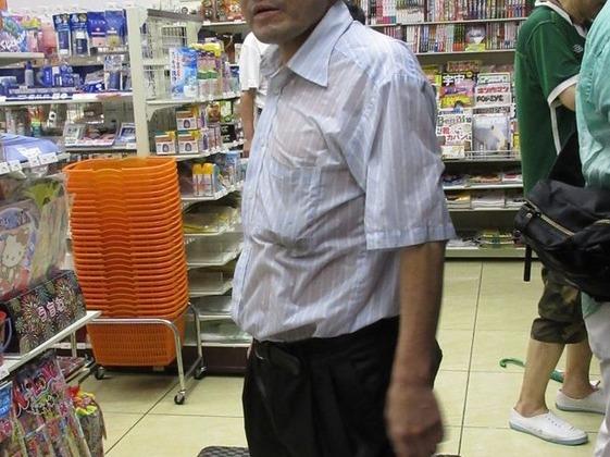 【 画像 】JC、透け透けシャツでコンビニに入店wwwwwwwwwwww