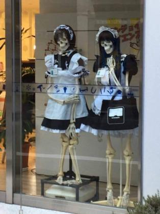 【画像】街でスケスケの女メイド見つかるw wwwwwwwwwwwww