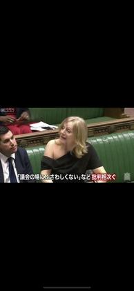 【画像】女性議員、露出が多い服装で議会に出て批判殺到・・・