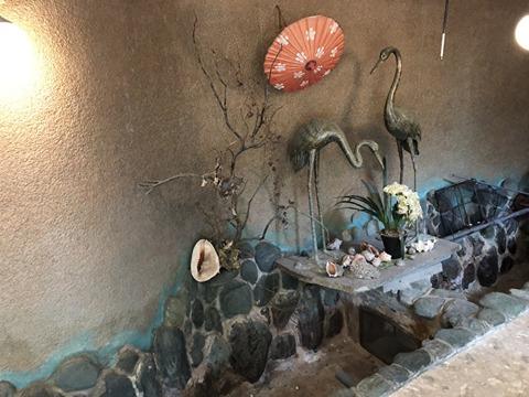 鶴の像と水槽